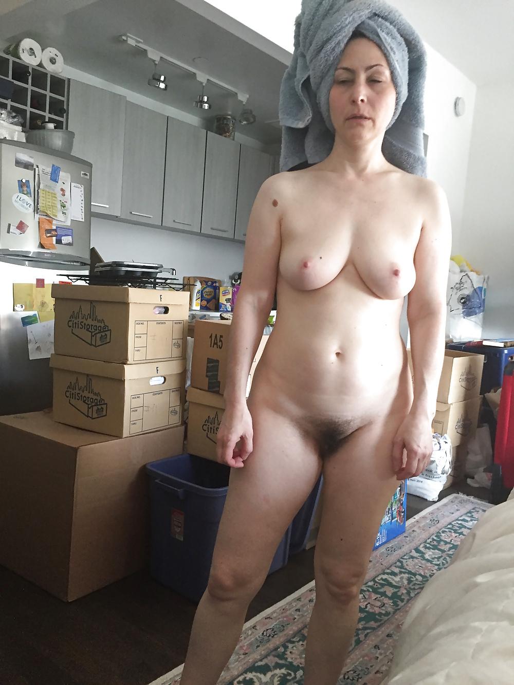 Nackte Frau wandelt zu Hausen. - Bild 8
