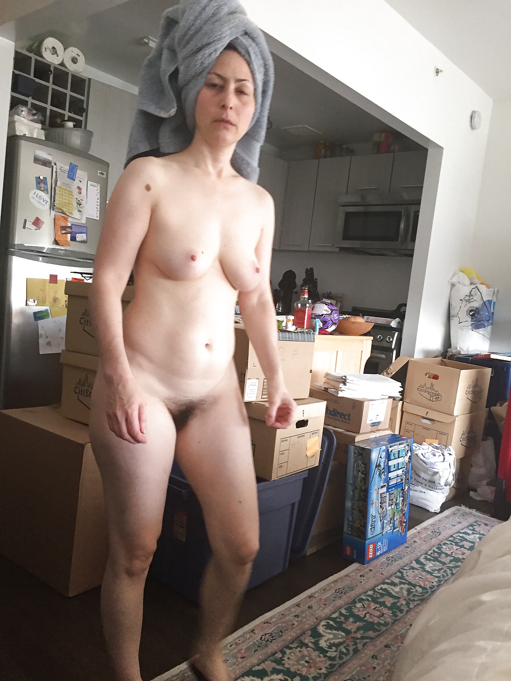 Nackte Frau wandelt zu Hausen. - Bild 5