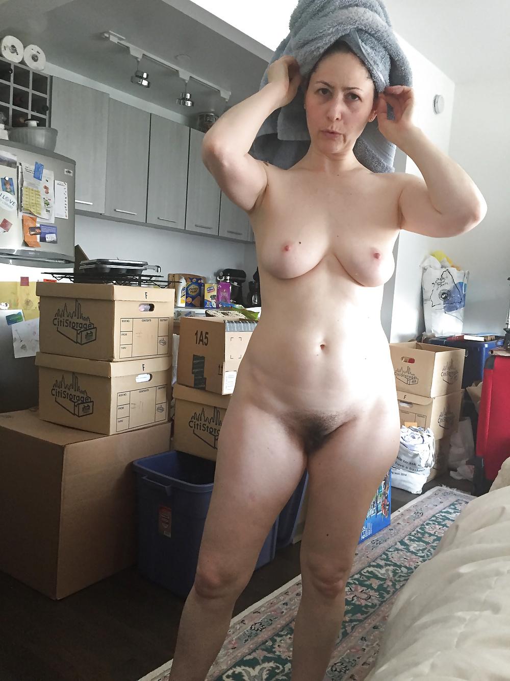 Nackte Frau wandelt zu Hausen. - Bild 6