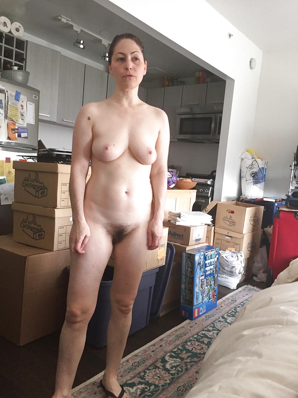 Nackte Frau wandelt zu Hausen. - Bild 9