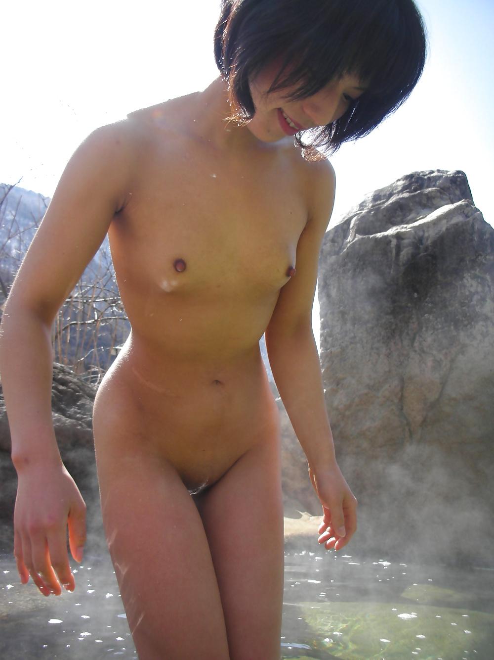 Asiatische Teen verbergt ihre Muschi nicht. - Bild 6