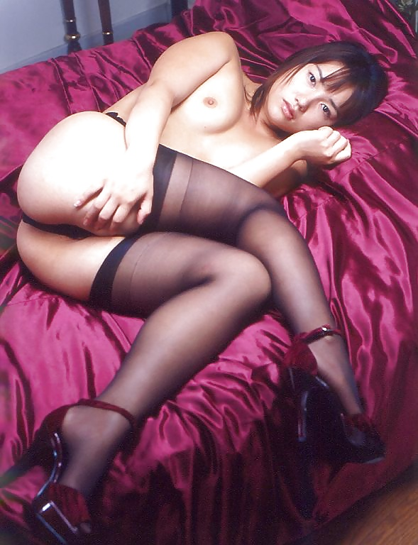 Die junge Schlampe zeigt ihre unberührte Muschi in Unterwäsche. - Bild 6