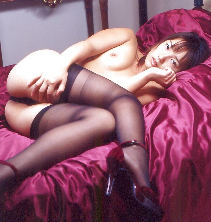 Die junge Schlampe zeigt ihre unberührte Muschi in Unterwäsche. - Bild 7