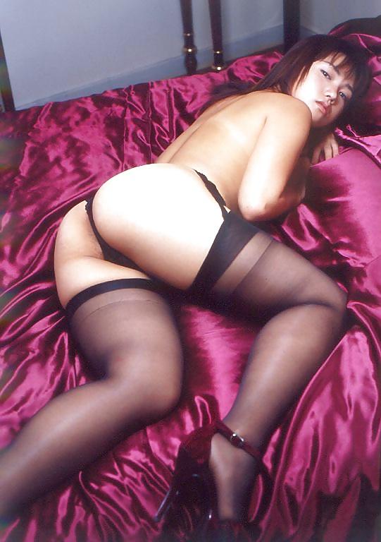 Die junge Schlampe zeigt ihre unberührte Muschi in Unterwäsche. - Bild 8