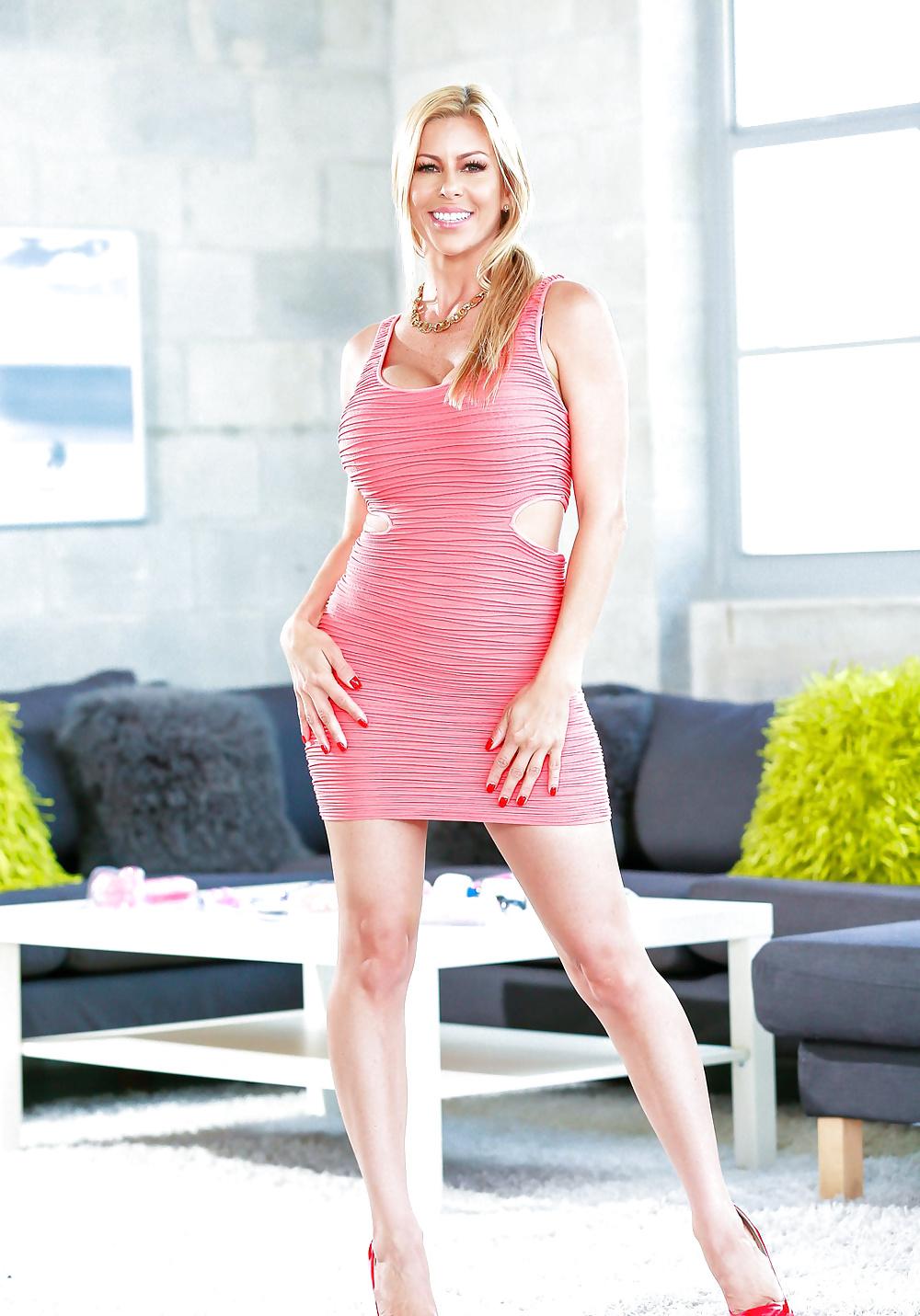 Blonde Schlampe hat helle Haut und spannende Muschi. - Bild 4