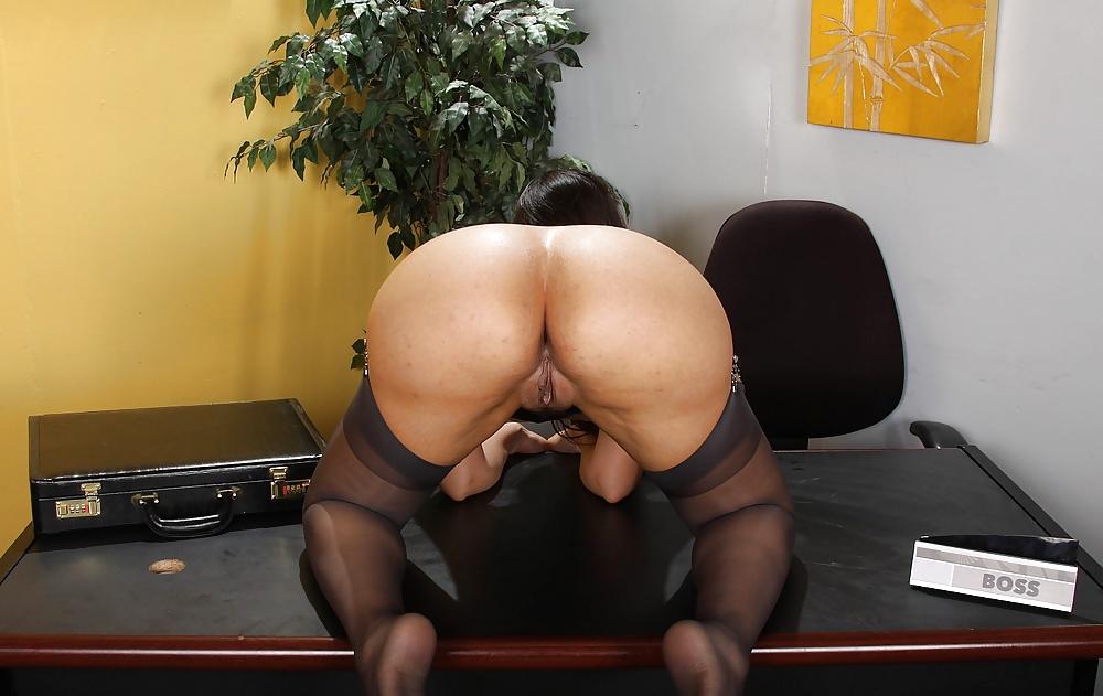Die Hure macht Produktion mit ihrem Arsch auf dem Tisch des Chefs. - Bild 8