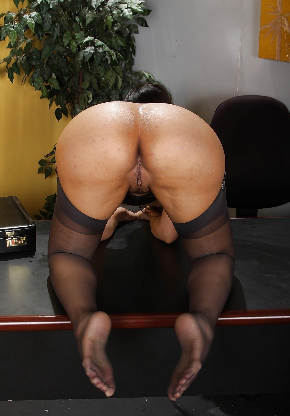Die Hure macht Produktion mit ihrem Arsch auf dem Tisch des Chefs. - Bild 9
