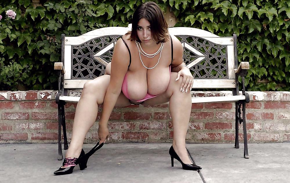 Haarige Fotzen und dicke Titten hat die nackte Schlampe. - Bild 9