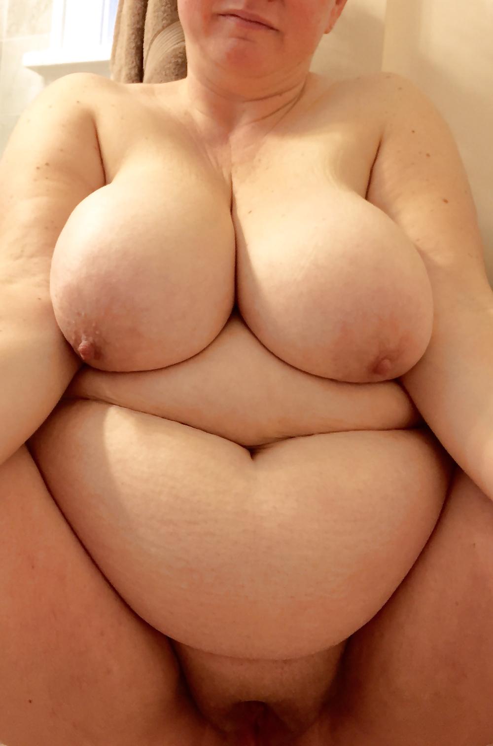 Schwülstige Nutten zeigen ihren riesengroßen Körper dickhäutig. - Bild 7