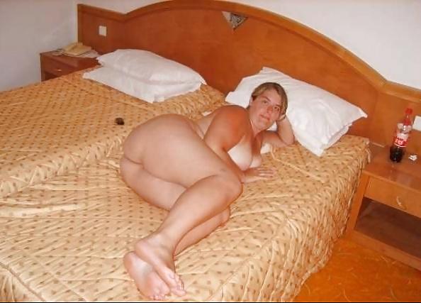 Mollige blonde Dirne wartet mit feuchter offener Muschi. - Bild 6