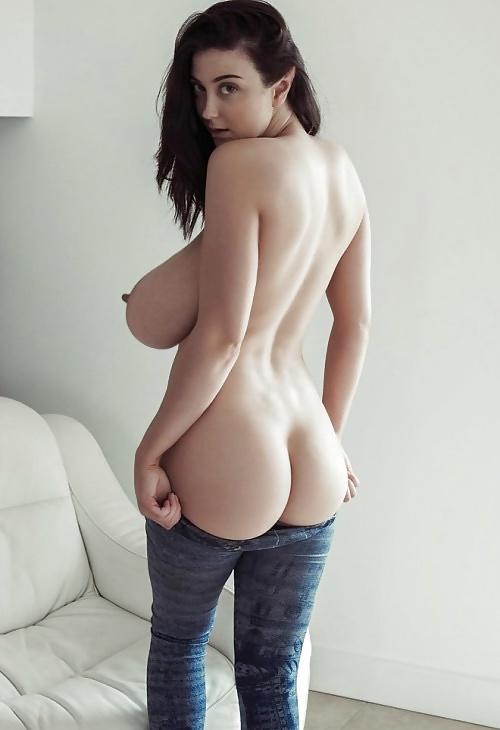 Die Hure brüstet sich mit riesengrosse Titten. - Bild 5