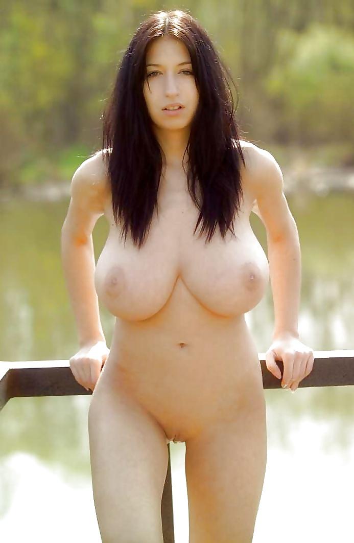 Nackter Körper der braunhaarigen Hure friert am See.