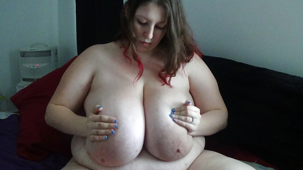 Geile Dirne brüste sich mit leckeren grossen Büsten. - Bild 2