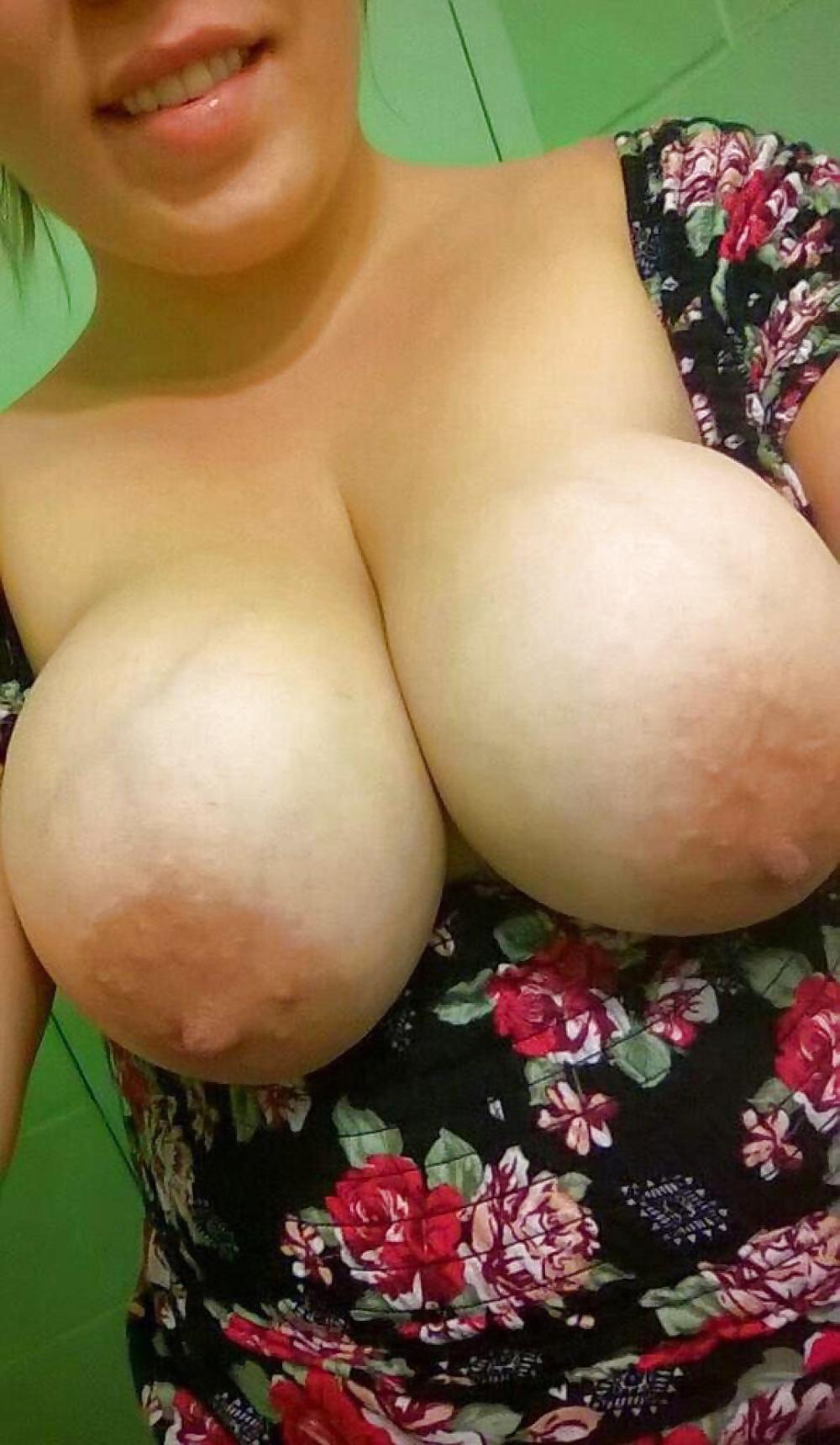 Geile Dirne brüste sich mit leckeren grossen Büsten. - Bild 5