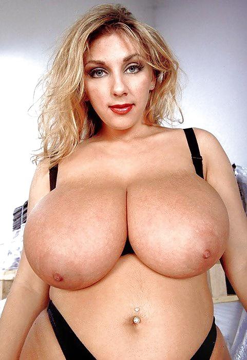 Geile Dirne brüste sich mit leckeren grossen Büsten. - Bild 10