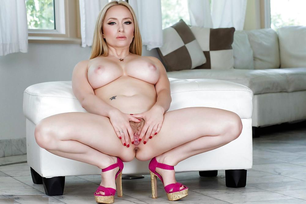 Geile blonde Dirne liebt den Pimmel, und hat haarige Fotze. - Bild 7
