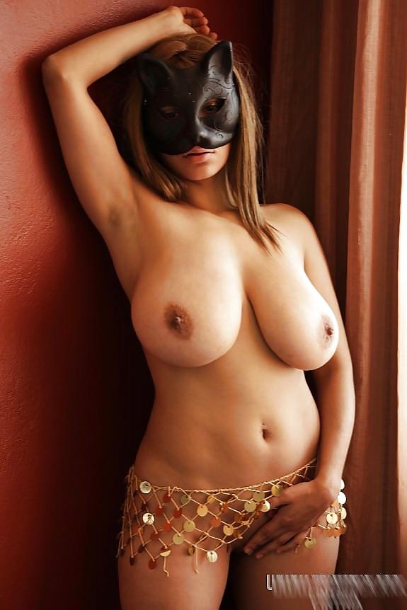 Blonde Katze zeigt ihre Figur und dicke Titten. - Bild 5