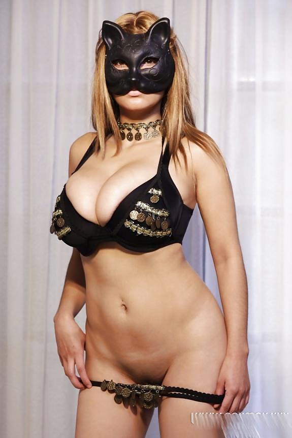 Blonde Katze zeigt ihre Figur und dicke Titten. - Bild 10