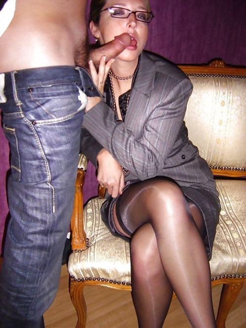 Die junge und die alte Flittchen kann einen Penis blasen. - Bild 2
