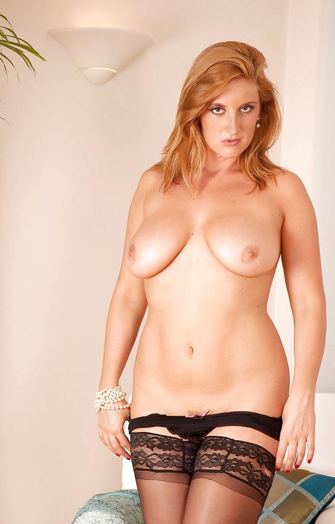Reife Frau hat nackte hängende Titten. - Bild 3