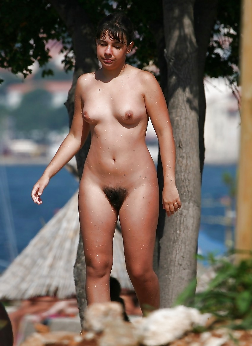 Nackte Teen steht auf dem Strand. - Bild 2