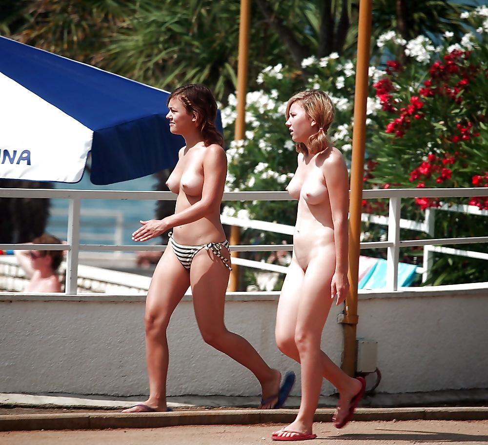 Nackte Teen steht auf dem Strand. - Bild 4