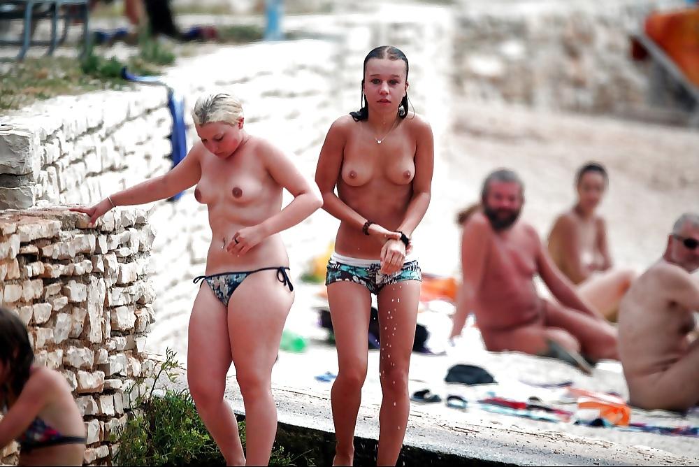 Nackte Teen steht auf dem Strand. - Bild 7
