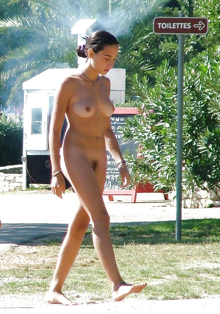 Nackte Teen steht auf dem Strand. - Bild 10