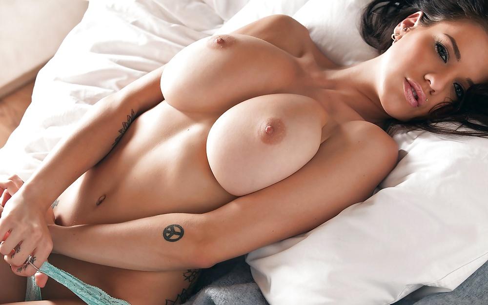 Rücken der Dirne verträgt ihre dicke Titten. - Bild 2