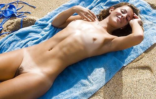 Geile Teen liegen in der Sonne. - Bild 2