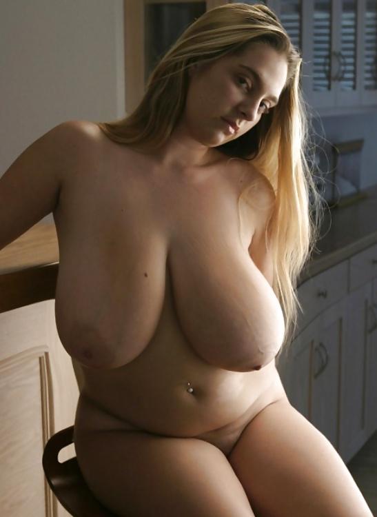 Ausgehungerte Hure zeigt ihre enorme Titten. - Bild 2